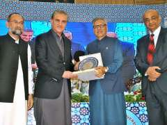 MULTAN: President Dr. Muhammad Arif Alvi giving souvenir to Foreign Minister Shah Mehmood Qureshi during the International Sufi Conference at BZU.
