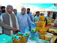 FAISALABAD: State Minister for Textile Hajji Akram Ansari is checking quality of commodities at Sasta Ramzan Bazaar at Chati Wali Ground Jinnah Colony.