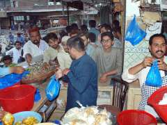 MULTAN: Citizens purchasing fruit chart and other food items from market for Iftari.
