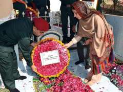 SIALKOT: Additional Deputy Commissioner (Revenue) Saadia Maher laying floral wreath on the grave of parents of Allama Iqbal.