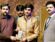 لاہور: صوبائی وزیر اطلاعات و ثقافت فیاض الحسن چوہان مقامی سکول کی سالانہ ..