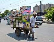 فیصل آباد: معمر محنت کش خاندان کی کفالت کے لیے ہتھ ریڑھی پر بھاری سامان ..