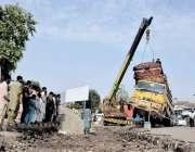 لاہور: ریلوے اسٹیشن کے سامنے الٹنے والے ریت کے ٹرک کو کرین کی مدد سے ..