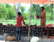 راولپنڈی: دکاندار نے گاہکوں کو متوجہ کرنے کے لیے تربوز سجا رکھے ہیں۔