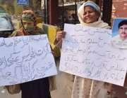 لاہور: گجراتی کی رہائشی خواتین اپنے پیارے کی جعلی پولیس مقابلے میں ..