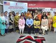 پشاور: پروفیسر ڈاکٹر ناصرجمال خٹک کا ایک ورکشاپ کے موقع پر شرکاء کے ..