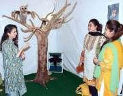 فیصل آباد: نیشنل ٹیکسٹائل یونیورسٹی کے زیر اہتمام منعقدہ نمائش کے دوران ..