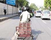 لاہور: دو افراد خطرناک انداز سے موٹر سائیل پر ہتھ ریڑھی کو کھینچ کر ..