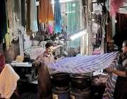 راولپنڈی: عید کی تیاریوں میں مصروف کاریگر ڈوپٹوں کی رنگائی کر رہا ہے۔