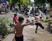 فیصل آباد: نوجوان گرمی کی شدت سے بچنے کے لیے نہر میں نہا رہے ہیں۔