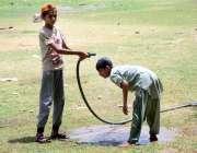 حیدر آباد: نوجوان گرمی کی شدت کم کرنے کے لیے نہا رہے ہیں۔