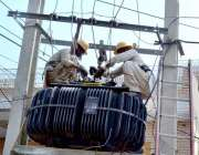 سرگودھا: واپڈا عملہ پٹھا منڈی روڈ پر بجلی کے ٹرانسفارمر کی مرمت میں ..