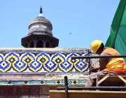 لاہور: مزدور مسجد وزیر خان کی تزعین و آرائش کے کام میں مصروف ہیں۔