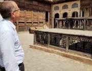پشاور: جرمن سفیر مارٹن کوبلر گور گھٹڑی میں تاریخی عمارتوں کی سیر کر ..