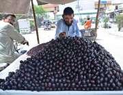 حیدر آباد: ریڑھی بان گاہکوں کو متوجہ کرنے کے لیے تازہ جامن سجا رہا ہے۔