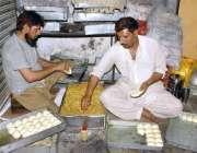 لاہور: محنت کش افطاری کے لیے سموسے اور رول پٹیاں بنانے میں مصروف ہیں۔