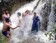 اسلام آباد: گرمی کی شدت کو کم کرنے کے لیے شہری نہا رہے ہیں۔