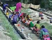 حیدرآباد: خواتین کی بڑی تعداد کپڑے دھونے میں مصروف ہے۔