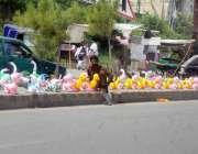راولپنڈی : مری روڈ کنارے ایک محنت کش نے غبارہ نما بچوں کے کھلونے فروخت ..