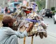 راولپنڈی: محنت کش پھیری لگا کر جوتے فروخت کررہا ہے۔