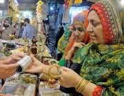 راولپنڈی: عید کی تیاریوں میں مصروف خواتین موتی بازار سے چوڑیاں پسند ..