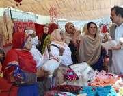 پشاور: ایم ڈی ٹیوٹا سجاد علی شاہ سکلز فیئر کے موقع پر مختلف سٹالز کو ..