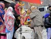 راولپنڈی: موسم سرد ہونے کے باعث طالبات ریڑھی بان سے ریت والی گرم چھلیاں ..