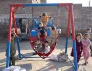 پشاور: رحمان بابا کے علاقے میں   بچے جھولوں سے لطف اندوز ہو رہے ہیں