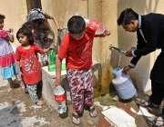 راولپنڈی: پانی کی قلت کے باعث بچے بوتلوں میں پینے کے لیے پانی بھر رہے ..
