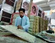 راولپنڈی: مزدور روم ائیر کولروں کی خسیں تیار کرنے میں مصروف ہے۔