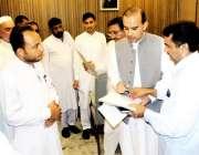 پشاور: صوبائی وزیرقانون سلطان محمد خان اپنے دفتر میں حلقہ نیابت کے ..