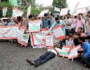 لاہور پریس کلب کے باہرانجینئر زاپنے مطالبات کی منظوری کیلئے مظاہرہ ..