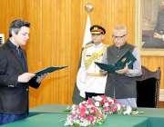 اسلام آباد: صدر مملکت ڈاکٹر عارف علوی محمد حماداظہر سے وفاقی وزیربطور ..