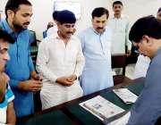 لاہور: صوبائی وزیر پاپولیشن ویلفیئر کرنل (ر) ہاشم ڈوگر اپنے دفتر میں ..