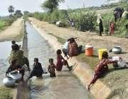 فیصل آباد: خواتین چھوٹی نہر (رجبہ) میں نہاتے ہوئے کپڑے اور برتن دھونے ..