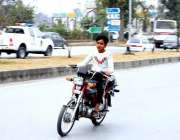 اسلام آباد: ٹریفک پولیس کی نا اہلی کمسن موٹرسائیکل سوار بغیر ہیلمٹ ..