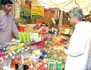 لاہور: صوبائی وزیر صنعت و تجارت میاں اسلم اقبال عید رمضان بازار میں ..