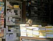راولپنڈی: اردو بازار میں ایک خاتون بچوں کے نئے تعلیمی سال کی کتابیں ..