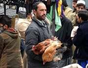 پشاور: دکاندار دیسی مرغیاں فروخت کر رہا ہے۔