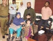 رحیم یار خان: ڈی پی او عمر سلامت کا معذور بجی مائرہ شکور کو الیکٹرک وہیل ..