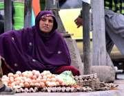 راولپنڈی: محنت کش خاتون سڑک کنارے انڈے فروخت کے لیے گاہکوں کی منتظر ..