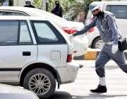 لاہور: ایک ٹریفک وارڈن مال روڈ پر خراب ہونے والی گاڑی کو دھکا لگا رہا ..