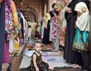 لاہور:خواتین تاریخی بادشاہی مسجد میں ماہ صیام کے دوسرے جمعةالمبارک ..
