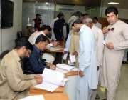 لاہور: لاہور ڈویلپمنٹ اتھارٹی کے انتخابات2019کے موقع پر ایک ملازم ووٹ ..