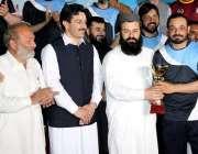 پشاور: ضلع ناظم محمد عاصم خان اور ایڈیشنل ڈپٹی کمشنر شاہد خان میڈیا ..