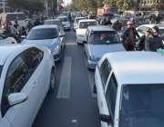 لاہور: مال روڈ پر ٹریفک جام کا منظر۔