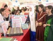 کراچی: مقامی سکول میں نمائش میں سائنس گالا کے موقع پر لگے سٹالز پر طالبات ..