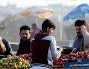 اسلام آباد: شہری ریڑھی بان سے ٹماٹر خرید رہے ہیں۔