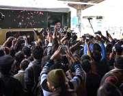 سردوہ: وفاقی وزیر ریلوے شیخ رشید احمد ریلوے اسٹیشن سے خطاب کررہے ہیں۔