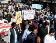راولپنڈی: موبائل فون یونین کے زیر اہتمام شرکا پریس کلب کے باہر اپنے ..